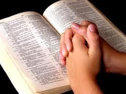 Resultado de imagem para lendo a bíblia e orando