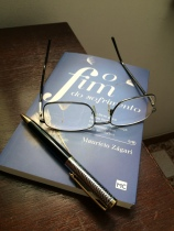 05 Livro com caneta e óculos